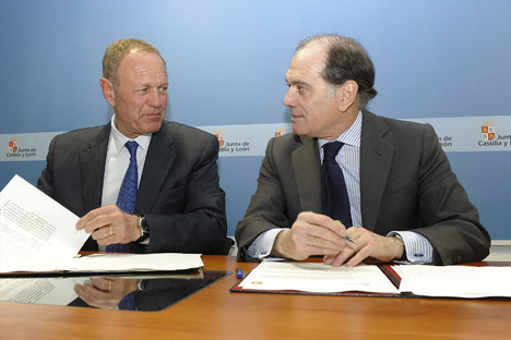 Jean Pierre Laurent, Presidente Director General de Renault España, y Tomás Villanueva, Vicepresidente de la Junta de Castilla y León y Consejero de Economía y Empleo, durante la firma del protocolo.