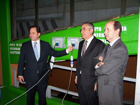 De izquierda a derecha, Francisco de la Peña, director general de N2S; José Antonio Sánchez Fernández. presidente de Vinci Park, y Gonzalo Alonso, director general de Going Green, posan junto a los puntos de recarga inaugurados.