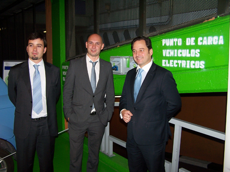 De izquierda a derecha, Valentín García y Teo Conejero, jefe de producto de Control Energético y responsable de la unidad de negocio de Energía, Infraestructura e Industria de Temper, respectivamente, posan junto al director general de N2S, Francisco de la Peña.