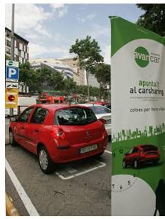 El aparcamiento en la vía pública de Avancar Carsharing, delante de La Pedrera, Barcelona.
