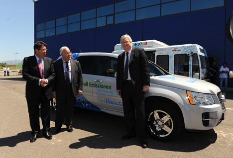 De izquierda a derecha, Aliaga, Biel y Reilly junto al vehículo que han utilizado para hacer la ruta