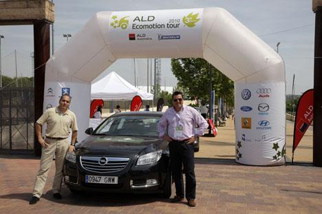 Pedro Martín, subdirector de Motor 16, y Francisco Aparicio, gerente de prensa de Opel, posan junto al Opel Insignia ecoFLEX con el que ganaron la III edición del Ecomotion Tour en España