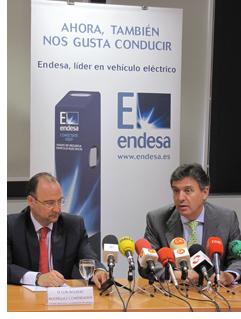 A la izquierda, Luis Rogelio Rodríguez Comendador, alcalde del Ayuntamiento de Almería. A la derecha, Francisco Arteaga, director general de Endesa en Andalucía y Extremadura.