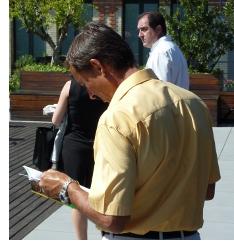 Uno de los asistentes a la presentación ojea la guía