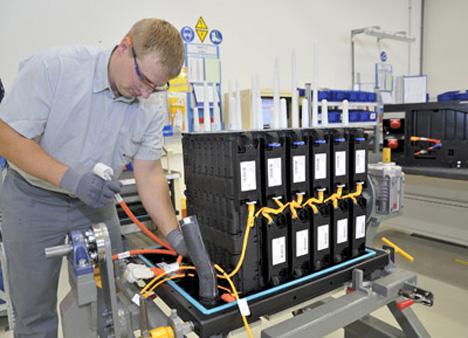 Fabricación de batería para vehículos híbridos en Magna