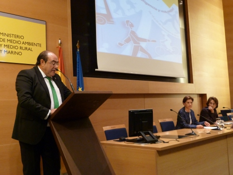 El representante de la Mancomunidad de Municipios Sostenibles de Cantabria se dirige al auditorio tras recibir de la ministra Espinosa el premio al municipio