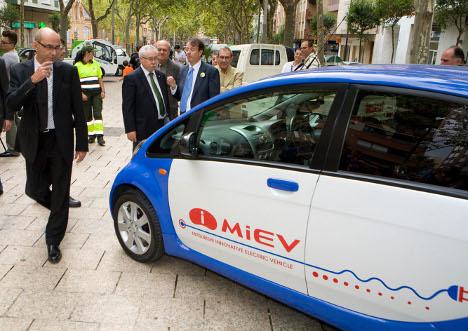 El consejero Baltasar durante la visita a la muestra itinerante, en Reus, de vehículos eléctricos