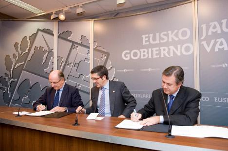 De izquierda a derecha, el Presidente de Repsol, Antonio Brufau, el Lehendakari, Patxi López y el Consejero de Industria, Innovación y Turismo del Gobierno Vasco, Bernabé Unda, durante la firma.