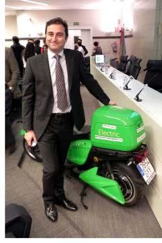 Luís Sanz, de Cero-Co2, junto a una de las motocicletas con las que prestará servicio