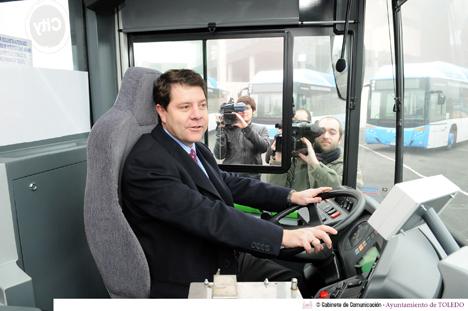 El alcalde de Toledo, Emiliano García-Page, durante la presentación de los autobuses