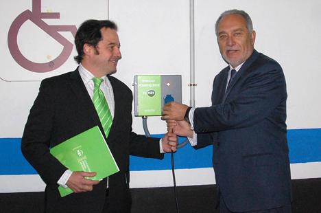 EL director general de N2S, Francisco de la Peña (izquierda) y el alcalde de Móstoles, Esteban Parro, junto a uno de los puntos de recarga inaugurados