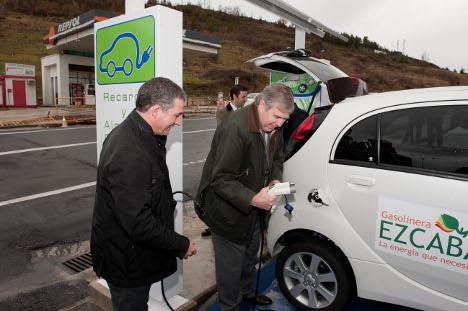 El consejero Roig y Zozaya prueban la recarga del coche eléctrico en la estación de Villava.
