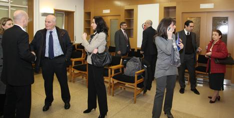Los Expertos conversan a su llegada a la Escuela para participar en la Mesa