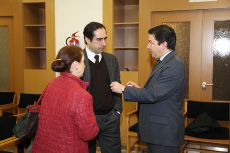 Pedro Calvo (derecha), Antonio Lucio y Ana Iglesias charlan minutos antes de dar comienzo la Mesa