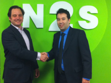 El director general de N2S, Francisco de la Peña, y Ángel L. Samartino, CEO de .Ozone Drive, sellan el acuerdo con un apretón de manos