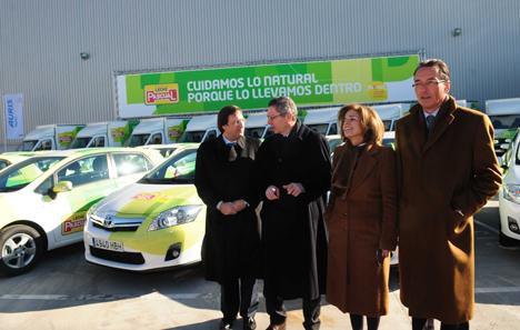 """Grupo Pascual presentó en enero de 2011 su flota comercial de 41 nuevos vehículos híbridos y recibió del alcalde de Madrid el título """"Madrid Compensa""""."""