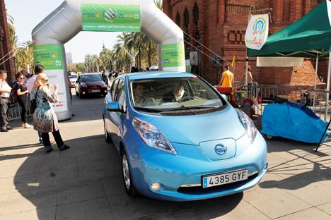 El regidor de mobilidad Edusrd Freixedes conducíendo un vehículo eléctrico.