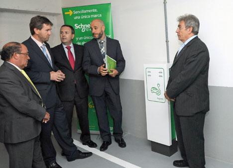 El Alcalde de Burgos, Javier Lacalle, y el Consejero de Movilidad, Esteban Rebollo, han inaugurado los dos primeros puntos públicos de recarga inteligente para vehículos eléctricos.