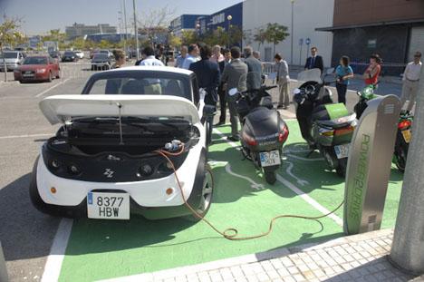 Autoridades durante la recarga eléctrica del vehículo en Rivas