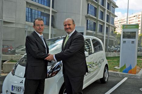 Rafael del Río, Director de Vehículos Eléctricos de MMCE, y José Carlos Villalvilla, Director de Servicios Energéticos de Iberdrola.