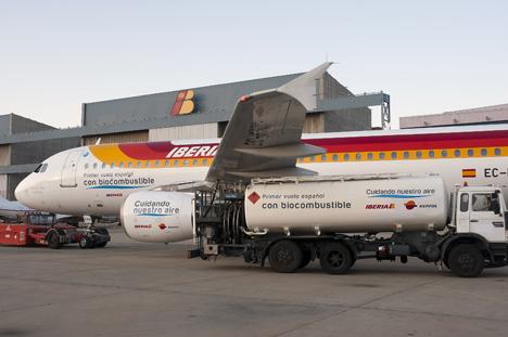 Un avión de Iberia repostando Biocombustible