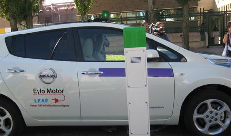 Taxi eléctrico recargándose