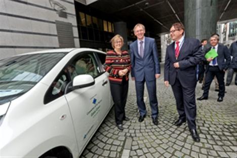 Entrega del Nissan Leaf al Comite de las Regiones de la UE