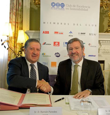 Ramón Paredes, vicepresidente ejecutivo de Relaciones Gubernamentales e Institucionales de SEAT y el presidente del Club de Excelencia en Sostenibilidad, José Longás
