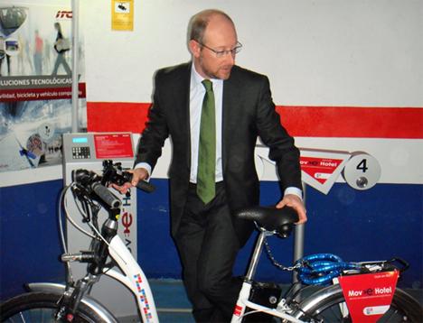 El Director del Hotel Velada , Iñaki Sicilia tomando una de las bicicletas.