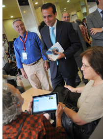 El Consejero de Asuntos Sociales, Salvador Victoria, durante su visita a un centro de mayores.