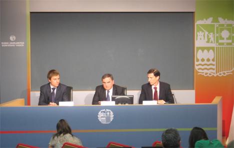 Representantes del Gobierno Vasco anunciando las medidas