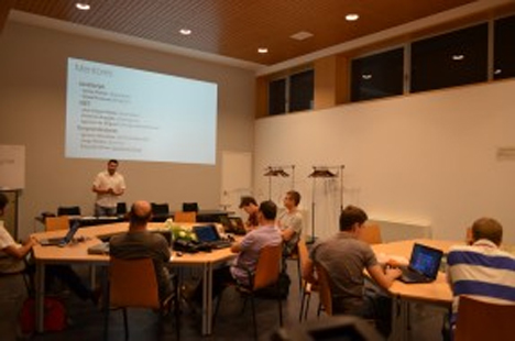 Desarrolladores creando aplicaciones para tabletas, teléfonos móviles o PC en el CIEM de Zaragoza.