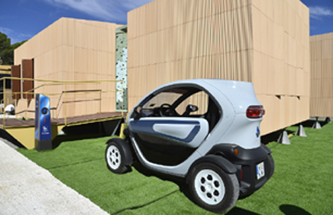 Renault Twizy en una de las casas presentadas en el Solar Decathlon.