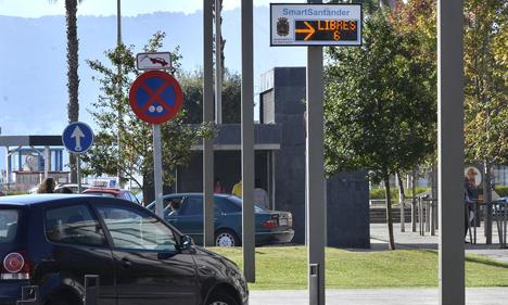 Servicio de parking inteligente que informa a los usuarios de las plazas disponibles.