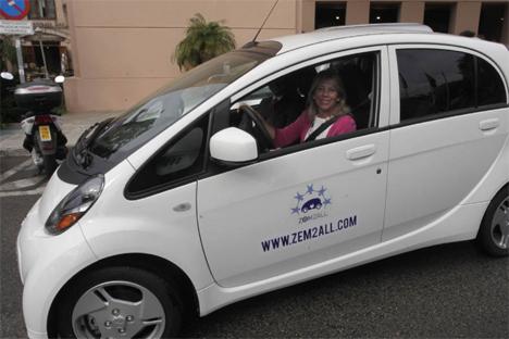 Ángeles Muñoz, Alcaldesa de Marbella, en la presentación del punto de recarga para vehículos eléctricos.