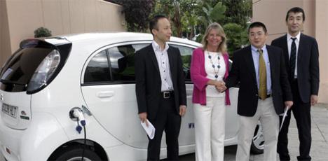 Ángeles Muñoz, Alcaldesa de Marbella, acompañada de los socios promotores en la presentación del punto de recarga que acogerá la ciudad.
