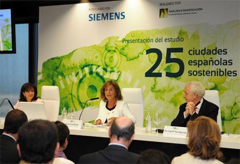 De izquierda a derecha: Rosa García, Presidenta de Siemens en España; Ana Botella, Alcaldesa de Madrid, y José María San Segundo, Director General de Análisis e Investigación.
