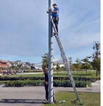 Operarios colocando los sensores para gestión de riego en Santander.