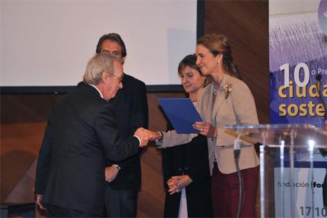 La Infanta Elena entrega el Premio finalista Ciudad Sostenible al Concejal de medio ambiente del Ayuntamiento de Pamplona, Valentín Alzina