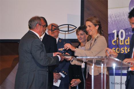 La Infanta Elena hace entrega del Premio Ciudad Sostenible al Alcalde Presidente de Rivas Vaciamadrid, José Masa.