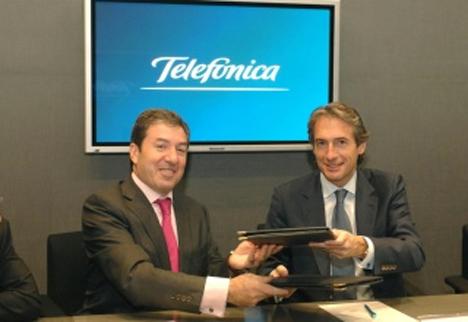 De izquierda a derecha: el Presidente de la RECI, y Alcalde de Santander, Íñigo de la Serna, y el Director de Empresas de Telefónica España, Valentín González.