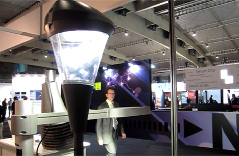 Luminaria de e-Controls expuesta en la Smart City Expo, que se activa al detectar la presencia de personas.