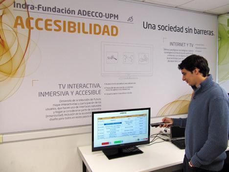 Investigador on una pantalla del proyecto INLADIS
