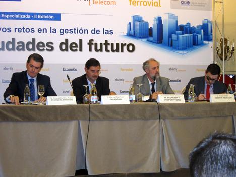 De izquierda a derecha: Enrique Sánchez, Director de Ciudades de Ferrovial Servicios; Manuel del Pozo, Director de Expansión; Luis Cueto, Subdirector General de Fomento de la Innovación Empresarial del Ministerio de Economía y Competitividad, y Pablo Oliete, Gerente de Negocio Centro de Abertis Telecom.
