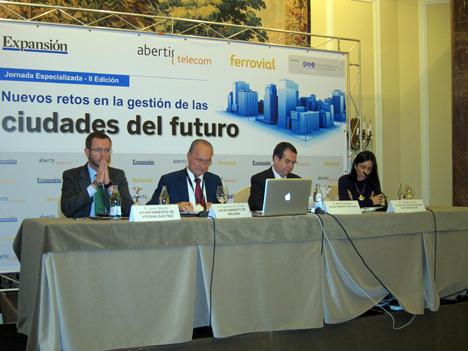 De izquierda a derecha: Javier Maroto, Alcalde de Vitoria; Francisco de la Torre, Alcalde de Málaga, Abel Caballero, Alcalde de Vigo, e Isabel Castillo, Directora del Club de Excelencia en Sostenibilidad.
