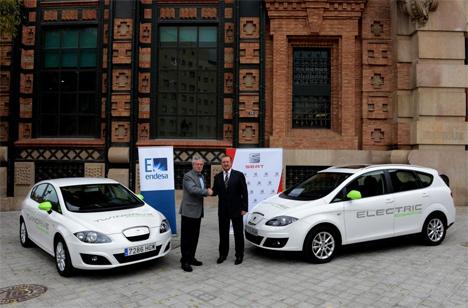 El director general de Endesa en Cataluña, Josep Maria Rovira, y el vicepresidente de Relaciones Gubernamentales e Institucionales de SEAT, Ramón Paredes, junto a los dos vehículos eléctricos cedidos
