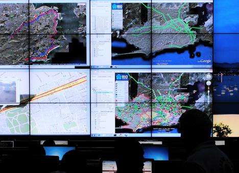 Pantallas que muestran la información recibida en el Centro de Operaciones de Río de Janeiro.