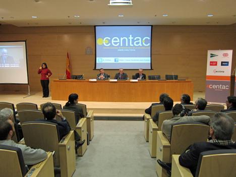 En la mesa principal, de izquierda a derecha: Juan Luis Quincoces, Director General de CENTAC; Borja Adsuara, Director General de Red.es; y José Manuel de Riva, Presidente de AMETIC