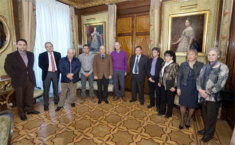 Firma del convenio para servicio de taxi a la demanda en Navarra.