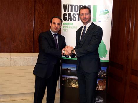 De izquierda a derecha: Daniel Ortiz, alcalde de Móstoles, y Javier Maroto, Alcalde de Vitoria.